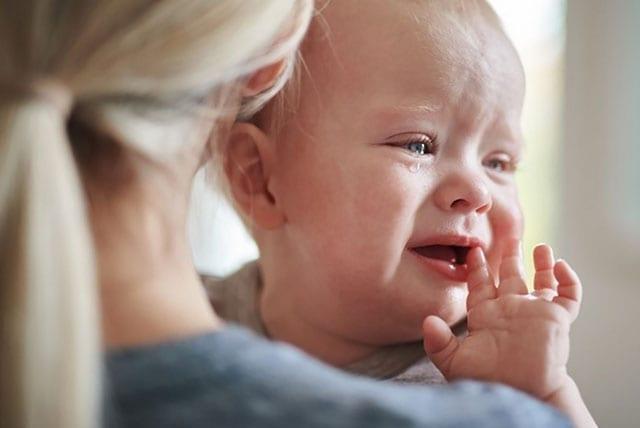 uşaq anasının çiynində ağlayır