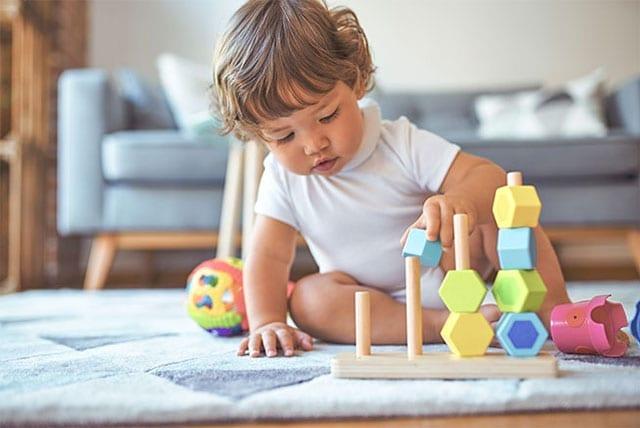 oyuncaq bloklarla oynayan uşaq
