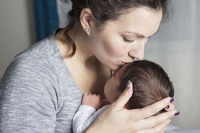 yeni doğulmuş körpəni alnından öpən ana